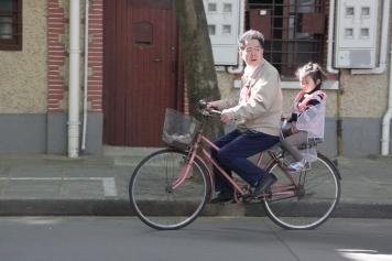 Beaucoup de cyclistes et peu de casques.